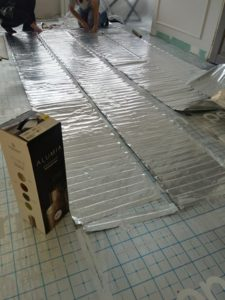 Монтаж фольгированных матов под ламинат
